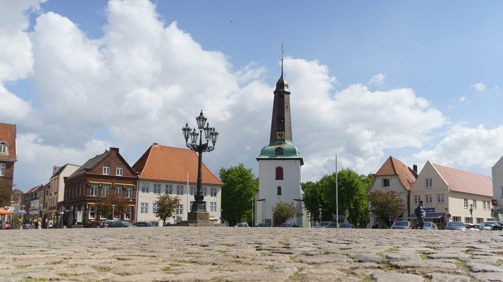 Glückstadt Markplatz mit Kirche (c) GDM